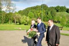 Powiatowe Święto Ludowe - gospodarze Święta składają kwiaty pod pomnikiem Bartosza Głowackiego - miechowski.pl - fot. K. Capiga