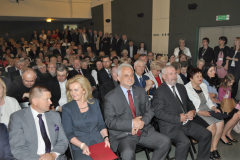 100-lecie miechowskiego LO - Zjazd Absolwentów przedstawiciele władz w pierwszym rzędzie na czele z wojewodą (trzeci od lewej) i starostą - fot. K. Capiga