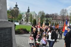 3 Maja w Miechowie - złożenie kwiatów pod pomnikiem - miechowski.pl - fot. Krzysztof Capiga