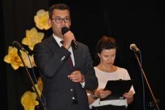 Samorządowy Dzień Edukacji Narodowej - Miechów 2017 - burmistrz Dariusz Marczewski i prowadząca uroczystość - Aleksandra Werys