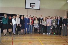 Laureaci, organizatorzy i goście konkursu w Zespole Szkół Nr 2 im. Jana Pawła II w Miechowie - fot. K. Capiga