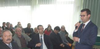 Burmistrz Dariusz Marczewski wita przybyłych gości