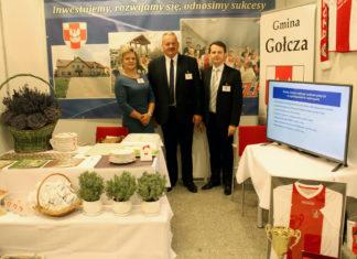 """Wystawa """"Teraz Polska"""" - stoisko gminy Gołcza - na zdj. od lewej - Bożena Hess, Stanisław Makola, Ireneusz Kowalczyk"""
