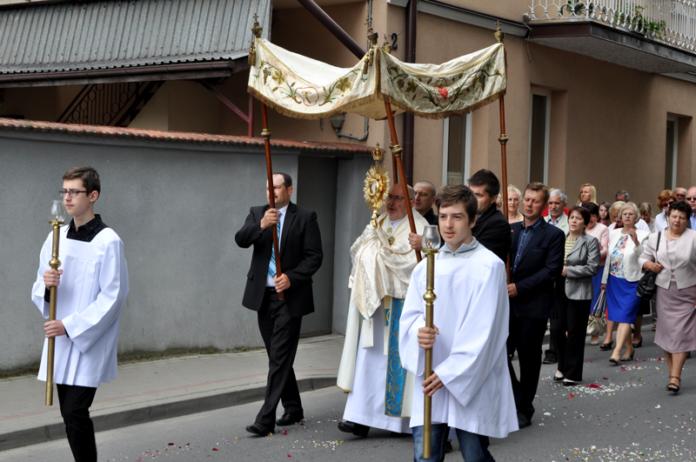 ks. proboscz Edward Nowak niesie Najświętszy Sakrament - miechowski.pl - fot. K.Capiga
