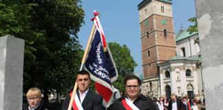 Wychowankowie SOSW Zagorzyce ze sztandarem - miechowski.pl - fot. W. Pengiel