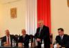 Wojewoda przy stole prezydialnym. Od lewej: przewodniczący Rady Powiatu Mariusz Wolny, wojewoda Jerzy Pilch, starosta Marian Gamrat, wicestarosta Jerzy Pułka