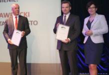 Wójt Lesław Blacha odbiera gratulacje i wyróżnienie