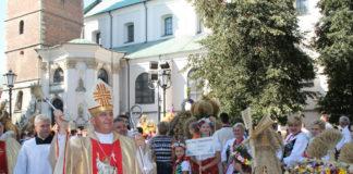 Biskup kielecki Jan Piotrowski poświęcił wieńce dożynkowe - miechowski.pl