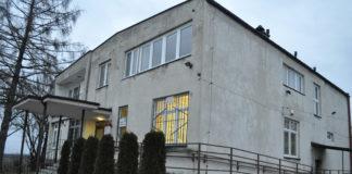 Budynek, w którym obecnie mieści się Ośrodek Zdrowia w Kozłowie - miechowski.pl