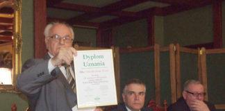 dyr. Wiesław Oczkowicz prezentuje dyplom dla KBS Oddział Książ Wielki - fot. K. Capiga