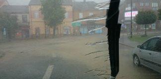Miechowski Rynek podczas burzy widziany z wewnątrz pojazdu