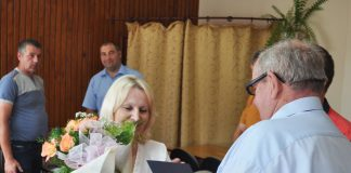 Przewodniczący Apoloniusz Dulewski kwiatami dziękuje za długoletnią pracę kierownik GOPS - Wandzie Zientara