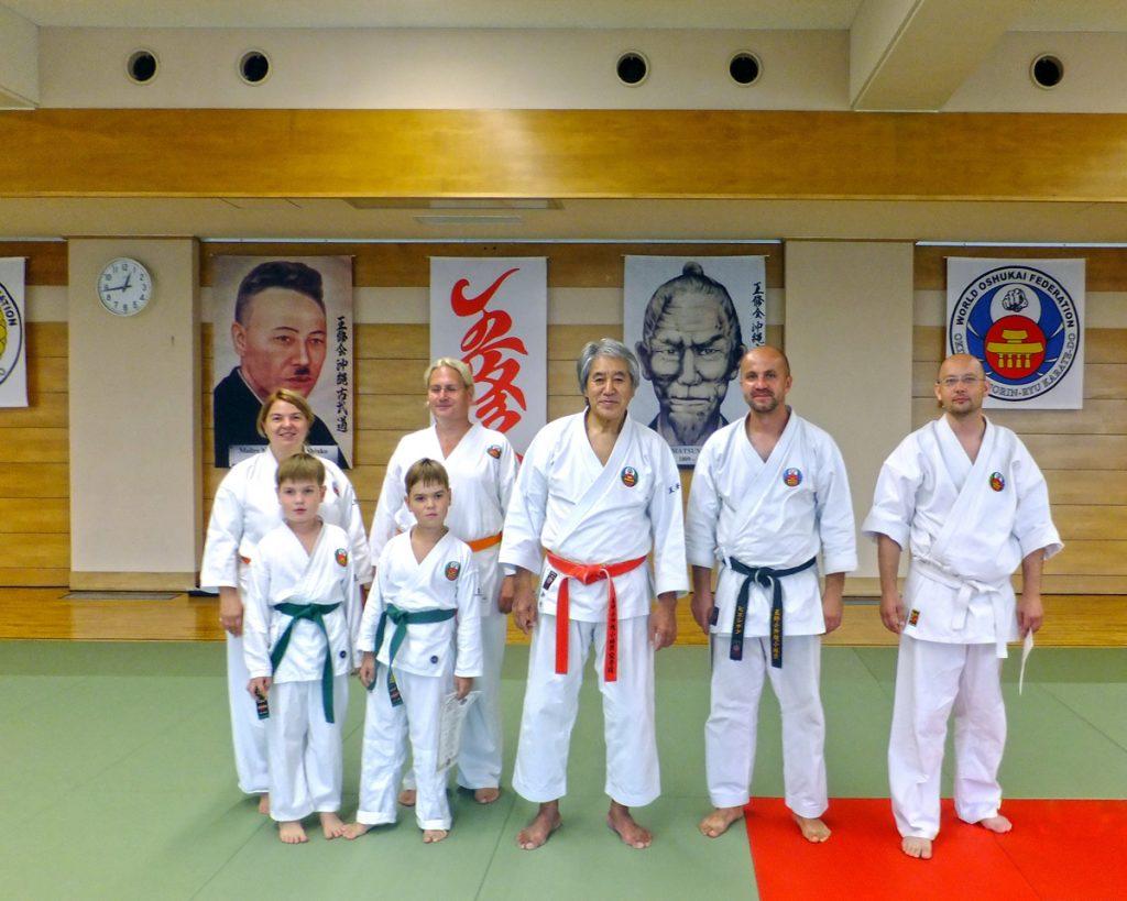 Część grupy z Miechowa wraz z Sensei Kenyu Chinen podczas stażu w Tokio. Od lewej stoją: Agata, Tymek, Stanisław i Mikołaj Maj, Sensei Kenyu Chinen, Sensei Tomasz Pieszczyk i Michał Motłoch.