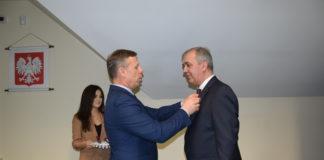 Wojewoda Małopolski Piotr Ćwik honoruje wójta gminy Gołcza Lesława Blachę