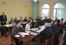 Wójt Jan Zbigniew Basa przedstawia radnym plany inwestycji drogowych na 2018 rok
