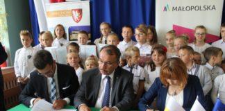 Podpisanie umowy na budowę sali gimnastycznej i rozbudowę Szkoły Podstawowej w Pojalowicach