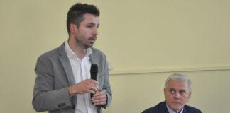 """Szczepan CIeślak z firmy """"Tamax"""" (z lewej) przedstawia pomysł na rekultywację dzikich wysypisk w Kępiu i WIerzbicy"""