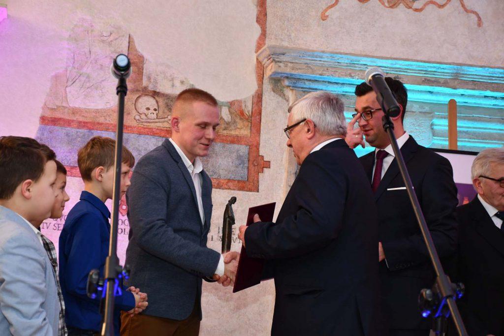 Kamil Dąbrowski ze swoimi wychowankami AP Champions Cup Miechów odbiera statuetkę Macieja Miechowity - fot. K. Capiga