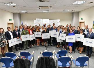 Przedstawiciele samorządów, którzy otrzymali bony na dofinansowanie realizowanych projektów.