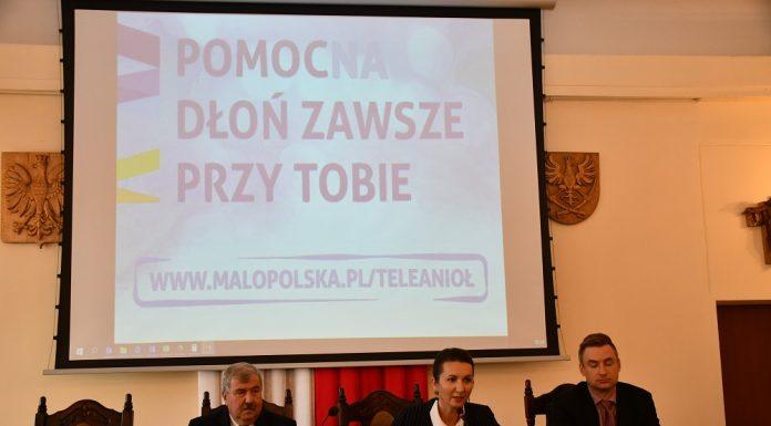 """Prezentacja projektu """"Małopolski Tele-Anioł"""" w miechowskim starostwie"""