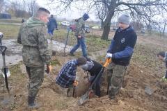 """""""Salamandra"""" i ekipa """"Poszukiwaczy historii"""" szukają śladów II wojny światowej w Podmiejskiej Woli - fot. K. Capiga"""