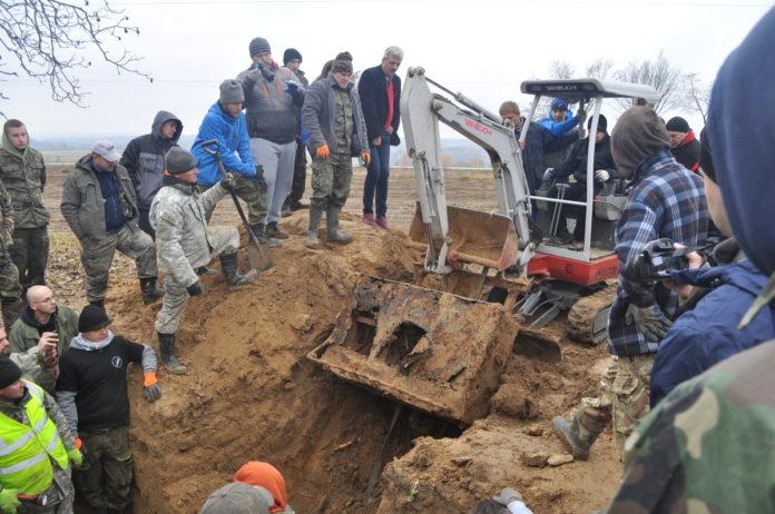 Wózek amunicyjny wykopany spod poniemieckiego bunkra w Podmiejskiej Woli - miechowski.pl - fot. K. Capiga