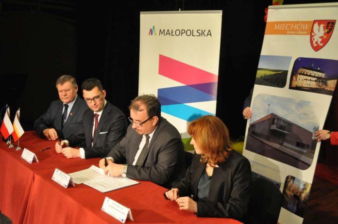 Podpisanie umowy na dotację unijną na rewitalizację Parku Miejskiego w Miechowie